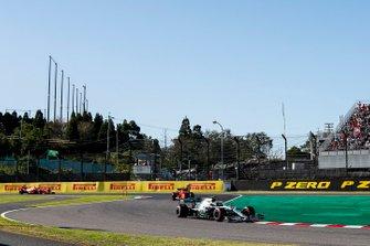 Valtteri Bottas, Mercedes AMG W10, precede Sebastian Vettel, Ferrari SF90, e Charles Leclerc, Ferrari SF90