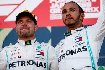 Lewis Hamilton, Mercedes AMG F1 e il vincitore della gara Valtteri Bottas, Mercedes AMG F1, festeggiano sul podio