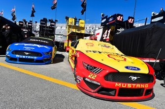 Joey Logano, Team Penske, Ford Mustang Shell Pennzoil and Ryan Blaney, Team Penske, Ford Mustang Menards / Peak