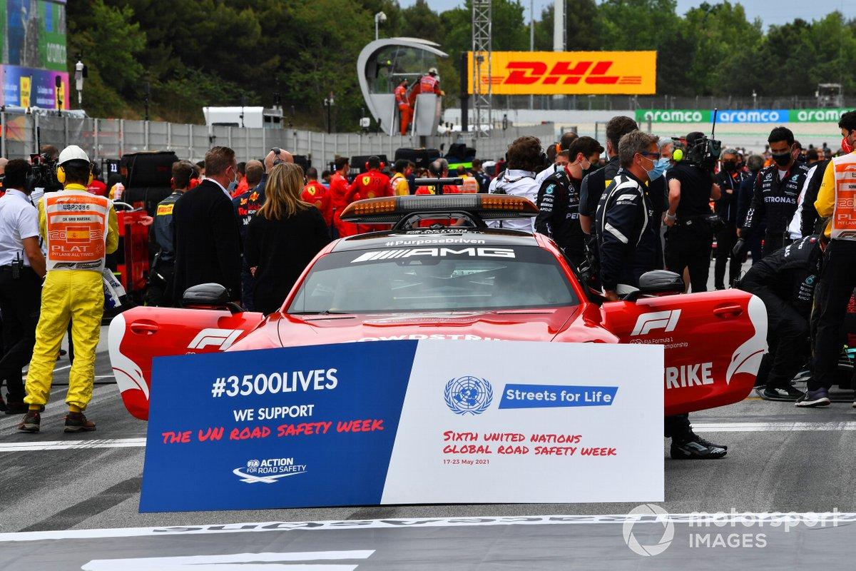 El Safety Car y Bernd Maylander, piloto del Safety Car, en la parrilla de salida de una campaña de seguridad vial de la FIA