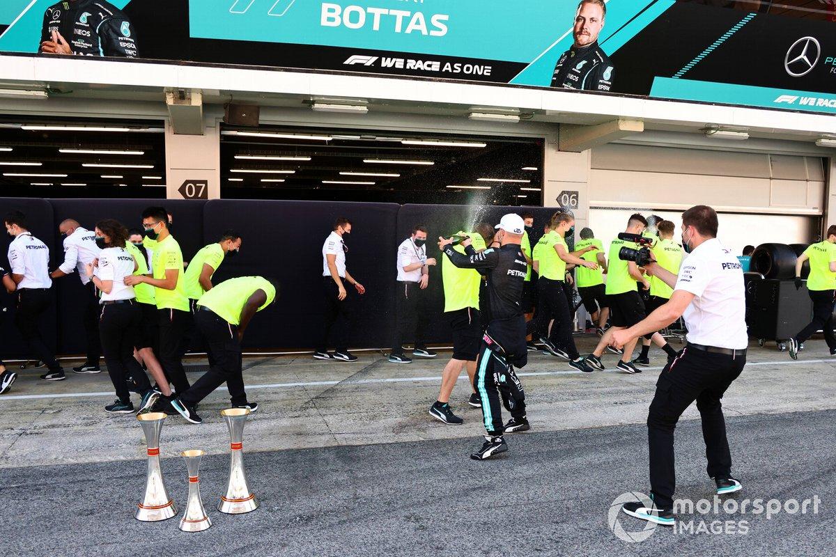 Valtteri Bottas, Mercedes, tercera posición, celebra con champán y sus compañeros de equipo