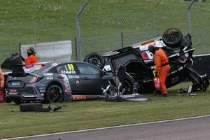 Glynn Geddie, Team HARD Cupra Leon, Andy Neate, Motorbase Performance Ford Focus ST and Jade Edwards, BTC Racing Honda Civic Type R are involved in an accident at the start of Race 2