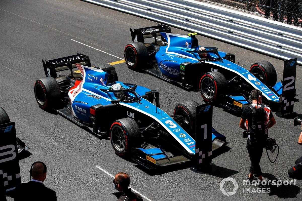 El ganador en Mónaco, Guanyu Zhou, Uni-Virtuosi Racing y Felipe Drugovich, Uni-Virtuosi, celebran en parc fermé