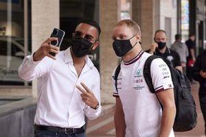 Valtteri Bottas, Mercedes takes a selfie with a fan