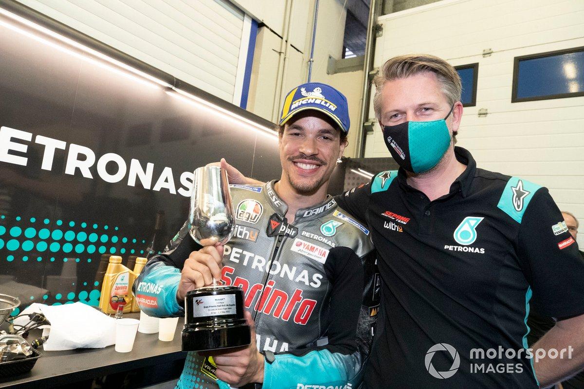 Tercer lugar Franco Morbidelli, Petronas Yamaha SRT, Johan Stigefelt celebra co el equipo