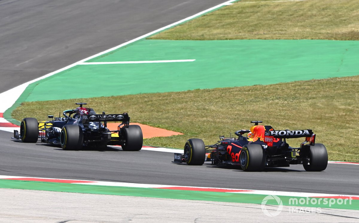 Lewis Hamilton, Mercedes W12, pasa a Max Verstappen, Red Bull Racing RB16B