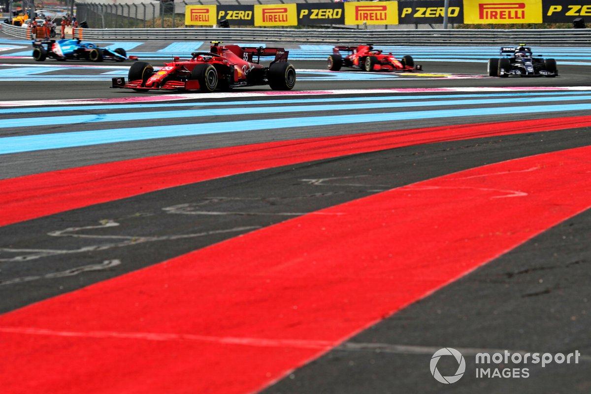Carlos Sainz, Ferrari SF21, precede Pierre Gasly, AlphaTauri AT02, e Charles Leclerc, Ferrari SF21