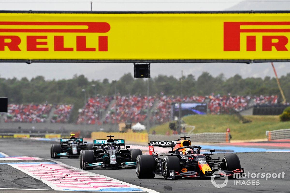Max Verstappen, Red Bull Racing RB16B , precede Sir Lewis Hamilton, Mercedes W12, e Valtteri Bottas, Mercedes W12