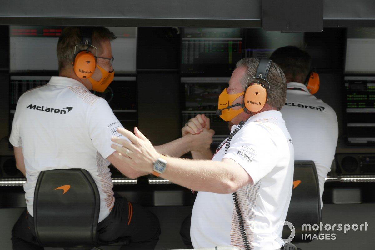 Zak Brown, director general de McLaren Racing, celebra con sus compañeros de equipo tras la clasificación