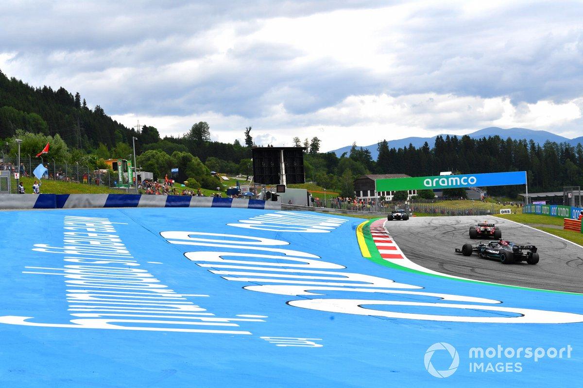Esteban Ocon, Alpine A521, Sergio Pérez, Red Bull Racing RB16B, y Lewis Hamilton, Mercedes W12