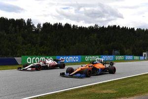 Daniel Ricciardo, McLaren MCL35M, Kimi Raikkonen, Alfa Romeo Racing C41