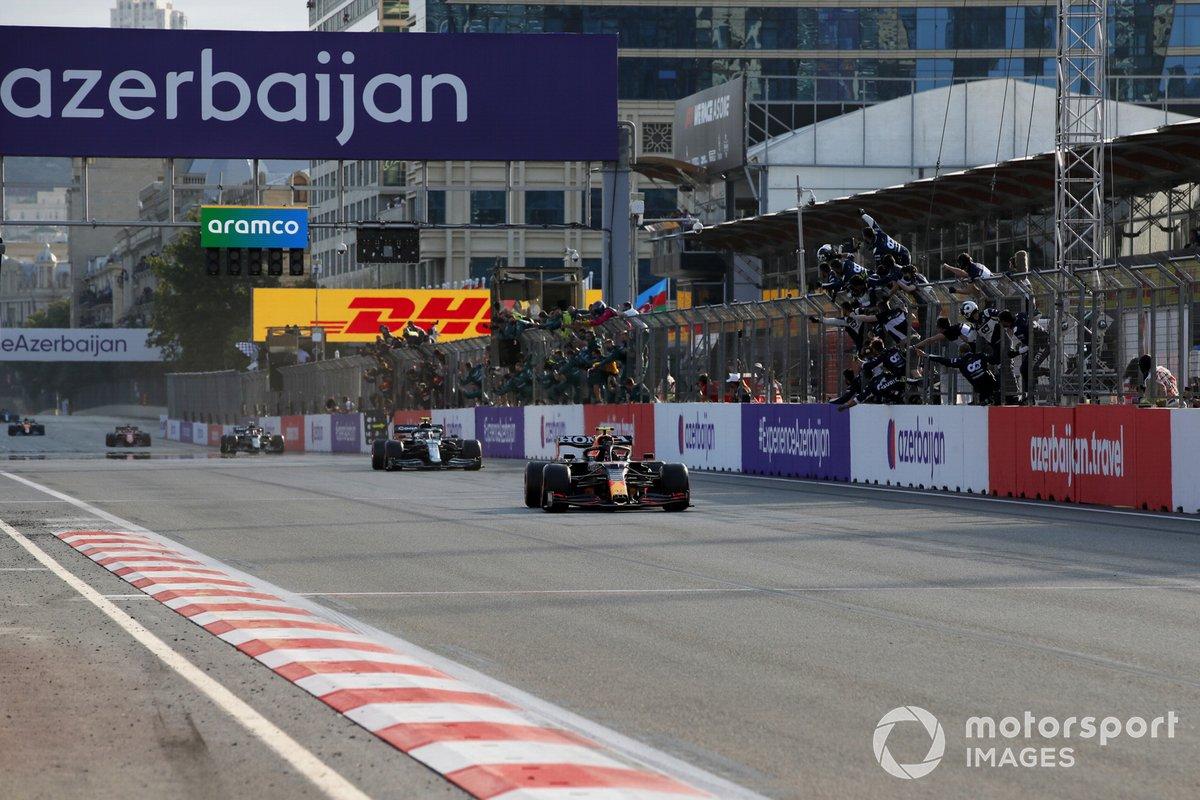 Sergio Pérez, Red Bull Racing RB16B, 1ª posición, y Sebastian Vettel, Aston Martin, 2ª posición, cruzan la meta