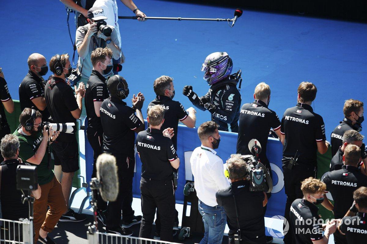 Ganador de la pole Lewis Hamilton, de Mercedes, es felicitado por su equipo tras conseguir su 100ª pole position