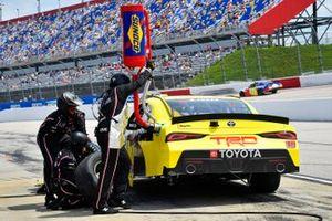 Brandon Jones, Joe Gibbs Racing, Toyota Supra 06 NCWTS Championship pit stop