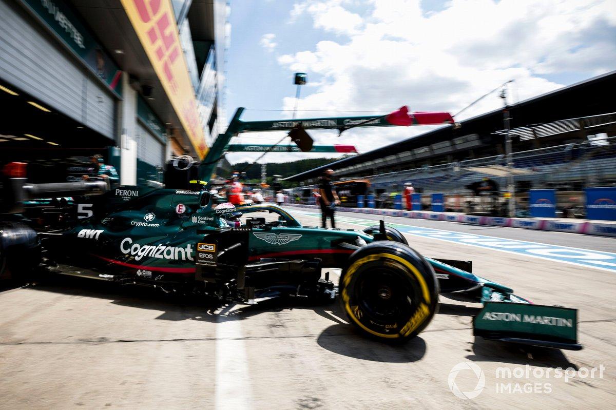 Sebastian Vettel, Aston Martin AMR21, esce dal garage