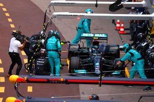 Valtteri Bottas, Mercedes W12, in de pits met technische problemen aan zijn rechter voorwiel