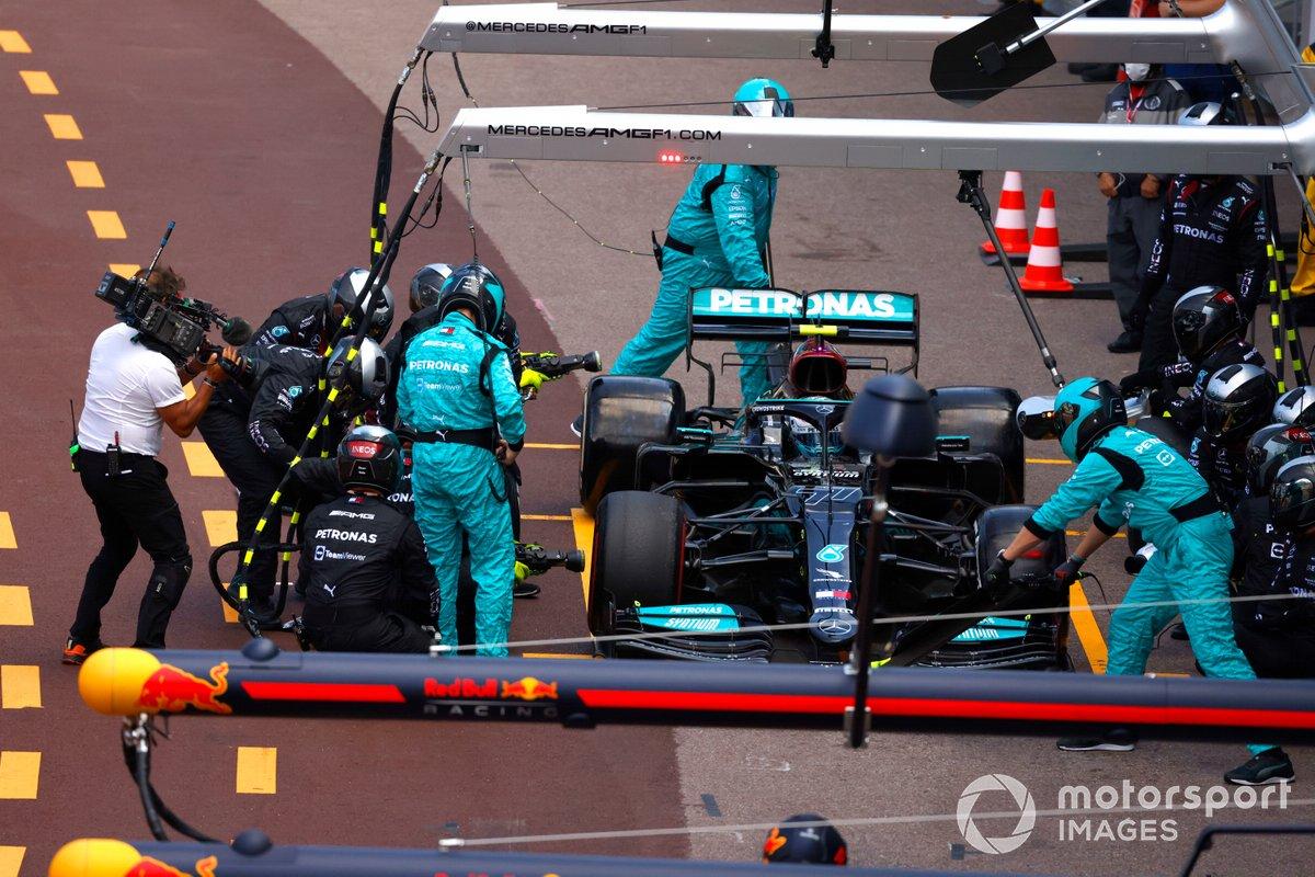 Valtteri Bottas, Mercedes W12, en pits con problemas técnicos relacionados con su rueda delantera derecha