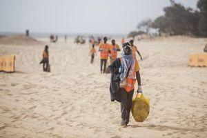 Membri della Extreme E aiutano a pulire la spiaggia