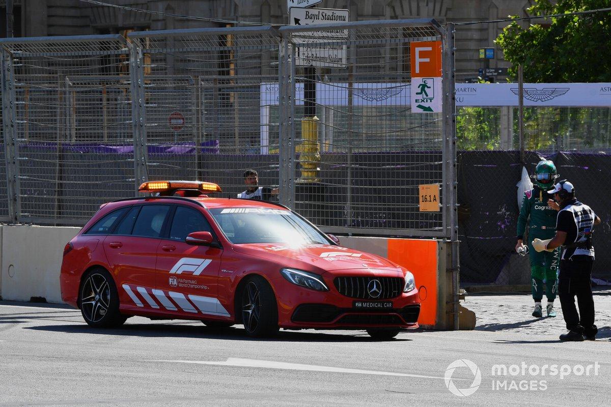 El coche médico recoge a Lance Stroll, Aston Martin, tras su accidente en la clasificación