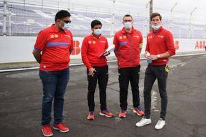 Dilbagh Gill, PDG et team principal de Mahindra Racing, Alex Lynn, Mahindra Racing, lors du track walk