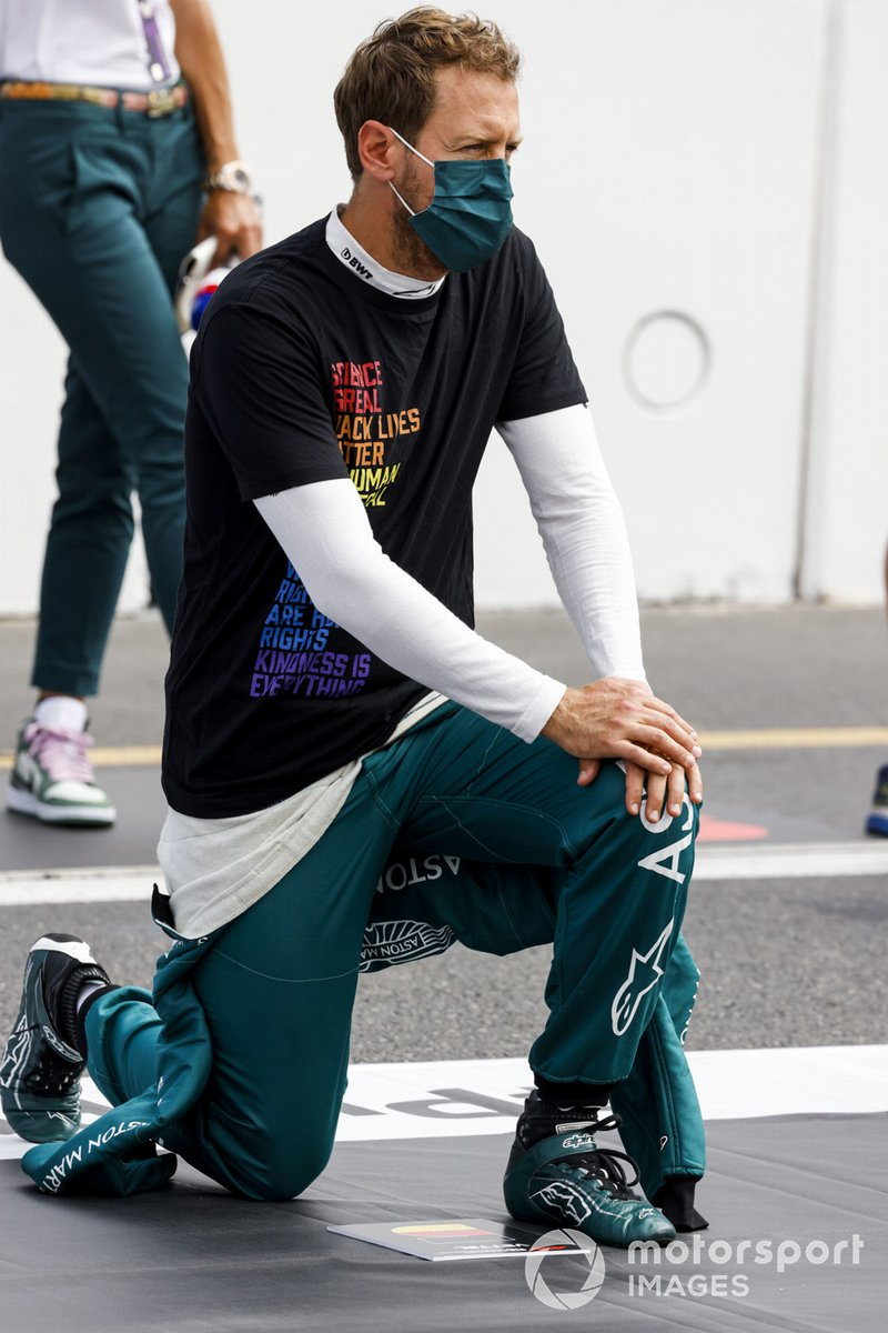 Sebastian Vettel, Aston Martin, 2ª posición, se arrodilla en apoyo de la campaña End Racism