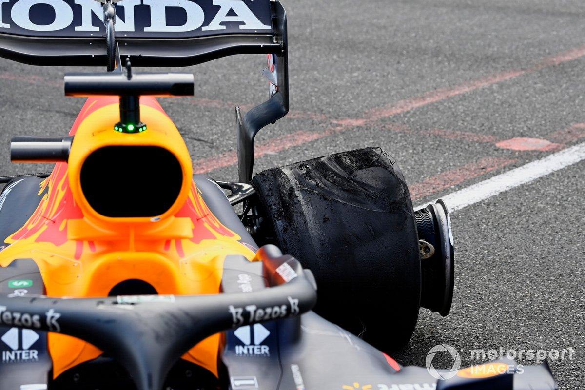 Neumático dañado en el coche de Max Verstappen, Red Bull Racing RB16B