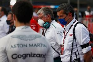 Otmar Szafnauer, Team Principal and CEO, Aston Martin F1, Guenther Steiner, Team Principal, Haas F1, and the other drivers and personnel observe a minutes silence for the late Mansoir Ojjeh on the grid