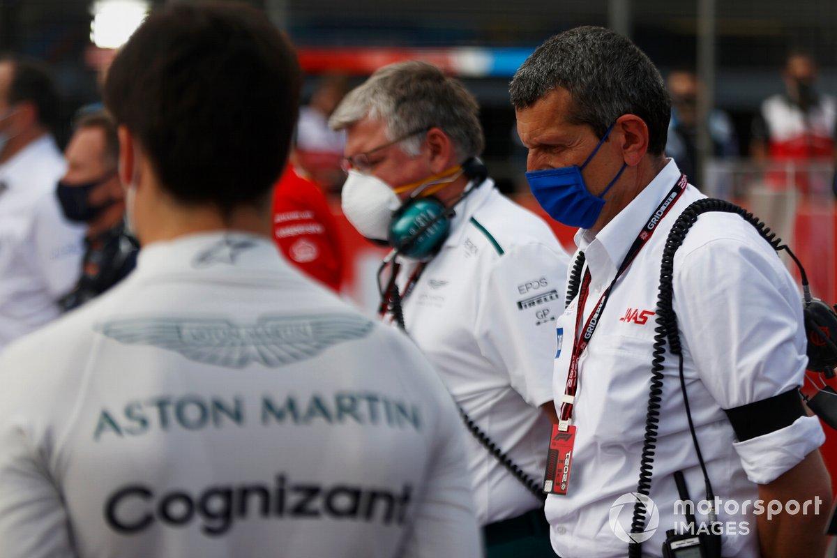 Otmar Szafnauer, director del equipo y consejero delegado de Aston Martin F1, Guenther Steiner, director del equipo Haas F1, y los demás pilotos y personal guardan un minuto de silencio por el fallecido Mansoir Ojjeh en la parrilla