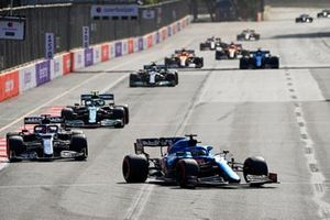 Fernando Alonso, Alpine A521, Yuki Tsunoda, AlphaTauri AT02, Sebastian Vettel, Aston Martin AMR21, en Valtteri Bottas, Mercedes W12