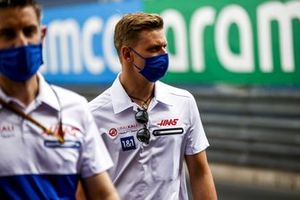 Mick Schumacher, Haas F1, walks the track with his team