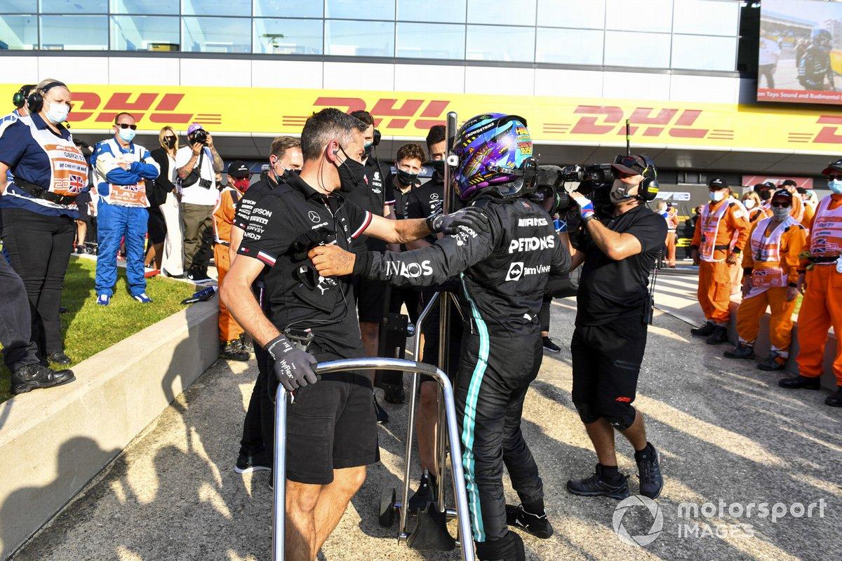 Ganador de la primera posición para la carrera Sprint Lewis Hamilton, Mercedes celebra con el equipo
