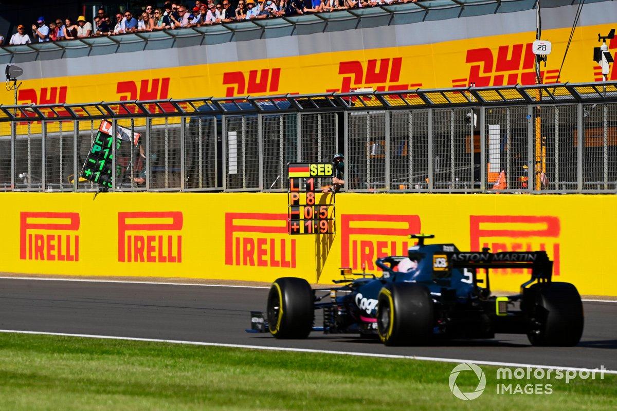 Sebastian Vettel, Aston Martin AMR21, sorpassa il pit board