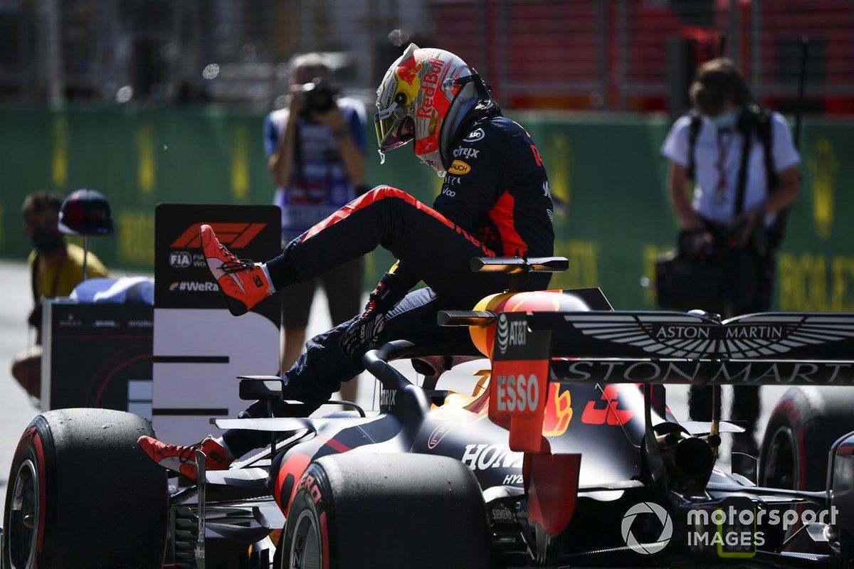 Max Verstappen, Red Bull Racing, scende dalla sua monoposto sulla griglia di partenza dopo la qualifica