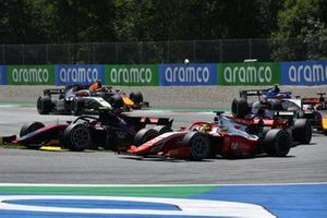 Callum Ilott, UNI-Virtuosi, battles with Mick Schumacher, Prema Racing, ahead of Yuki Tsunoda, Carlin
