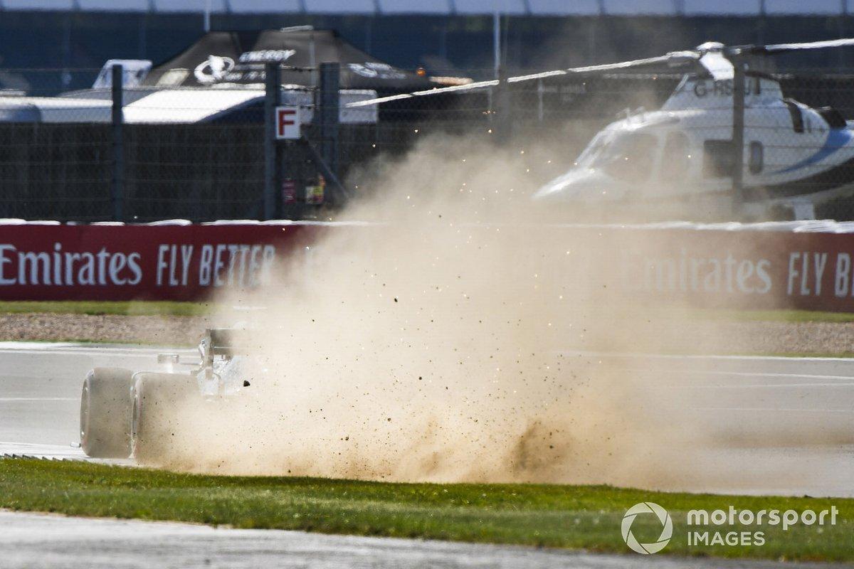 Льюис Хэмилтон, Mercedes F1 W11, пылит после ошибки