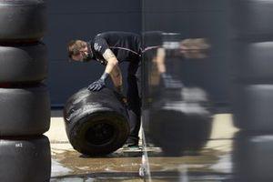 Механик Mercedes моет шину