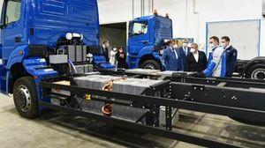 Президент Татарстана Рустам Минниханов на заводе КамАЗ с двумя электрическими КамАЗами