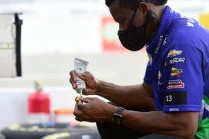 Un miembro de la tripulación de Ty Dillon, Germain Racing Chevrolet se prepara para la carrera