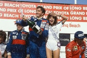 Победитель гонки Джон Уотсон, McLaren, обладатель второго места Ники Лауда, McLaren, и финишировавший третьим Рене Арну, Ferrari, на подиуме