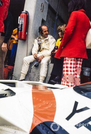 Denny Hulme en el pit wall