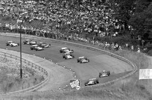 Denny Hulme, McLaren M14A Ford, John Miles, Lotus 72C Ford y John Surtees, Surtees TS7 Ford al inicio