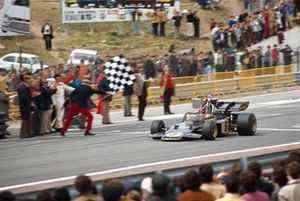 Emerson Fittipaldi, Lotus 72D Ford, celebrates victory as he takes the chequered flag
