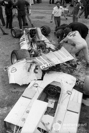 Jean-Pierre Beltoise, estudia los daños en su BRM P160E