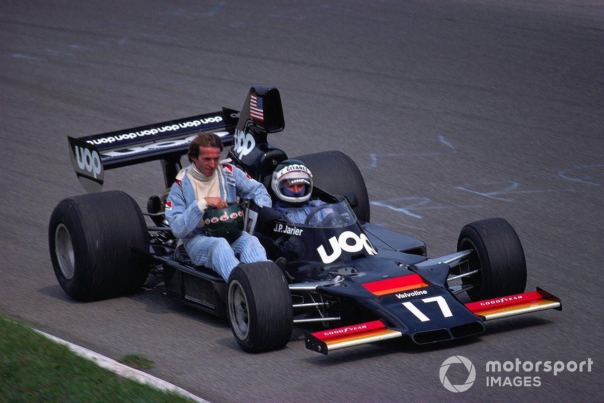 Jacques Laffite, Williams, le da a Jean-Pierre Jarier, Shadow DN7 Matra un aventón de vuelta a los pits