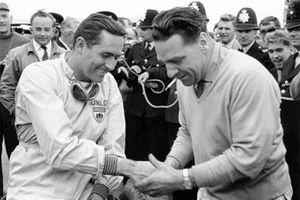 Jack Brabham, Cooper T53-Climax con el dueño del equipo John Cooper
