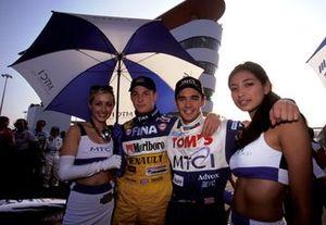 Jenson Button, Promatecme y Darren Manning, TOM'S con las chicas de la parrilla