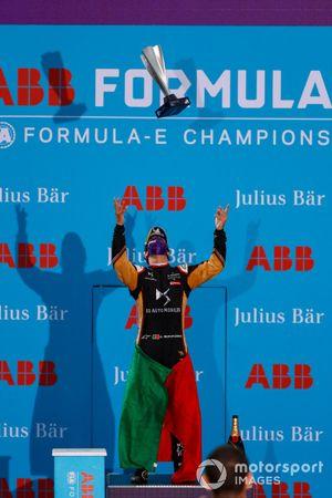 Le deuxième Antonio Felix da Costa, DS Techeetah, lance son trophée dans les airs