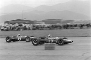 Phil Hill, Cooper T66 Climax, devant Mike Spence, Lotus 33 Climax