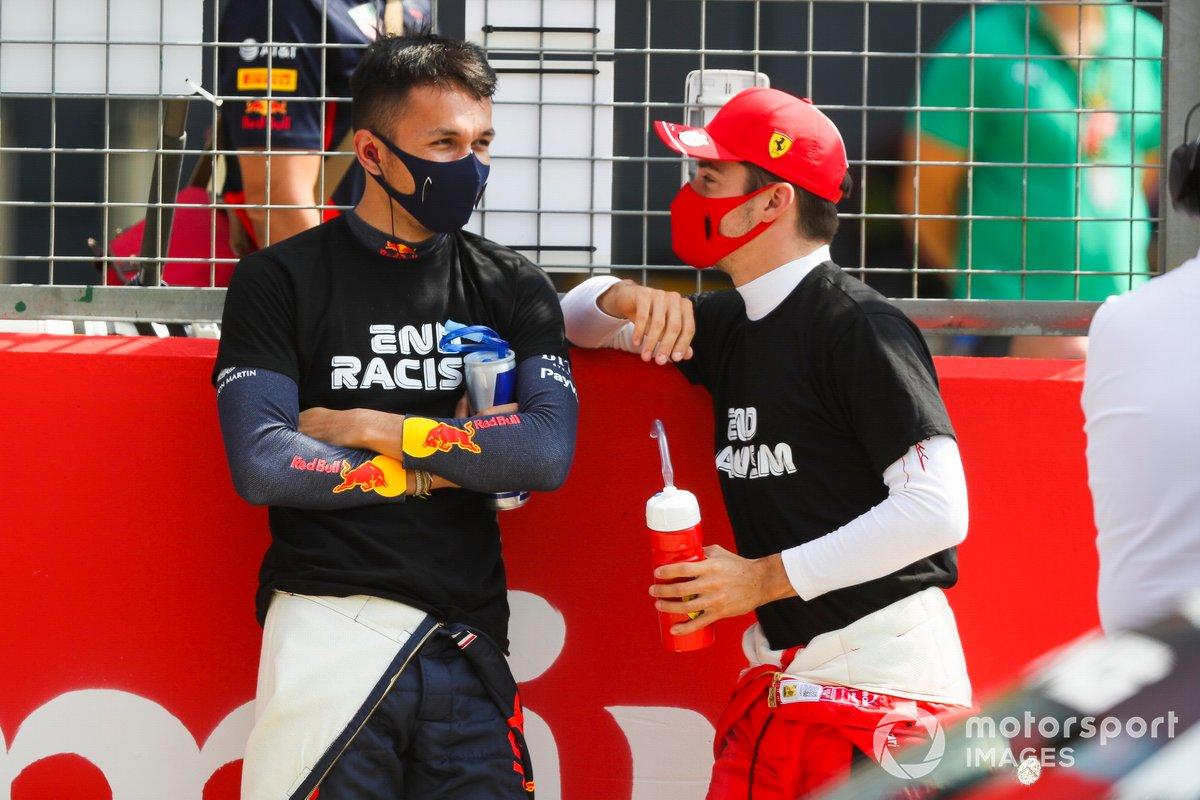 Alex Albon, Red Bull Racing and Charles Leclerc, Ferrari sulla griglia di partenza.