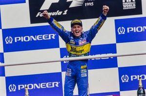 Podio: ganador de la carrera Johnny Herbert, Benetton, celebra